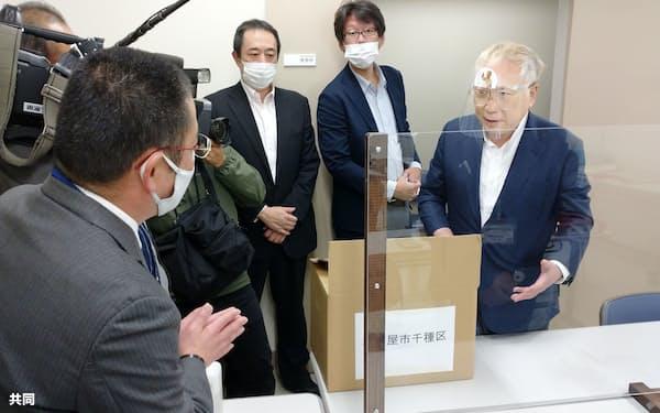 大村知事のリコールを求める署名を選管に提出する高須院長㊨(2020年11月、名古屋市)=共同