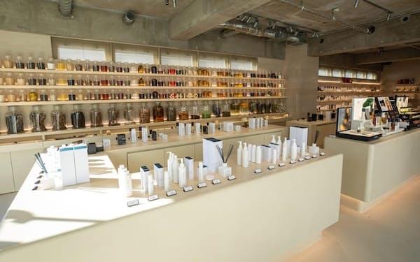 2020年12月18日にリニューアルオープンした表参道本店。売り場面積を従来の約3倍に増床し、同社が販売する化粧品に使用されている酒かす、がごめ昆布など約70種類の素材が展示されている