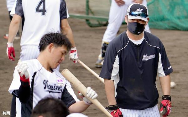 安田は「変わらなくては」と、松中臨時コーチ(右)らの教えを貪欲に吸収する=共同