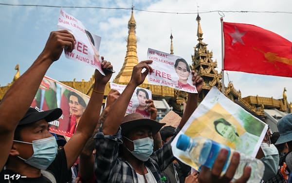 スー・チー氏の解放を求めるミャンマー市民ら(8日、ヤンゴン)=ロイター