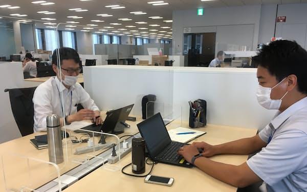 感染防止へアクリル板がオフィスなどで使用されるケースも増えている(三菱ケミカルのアクリル板)