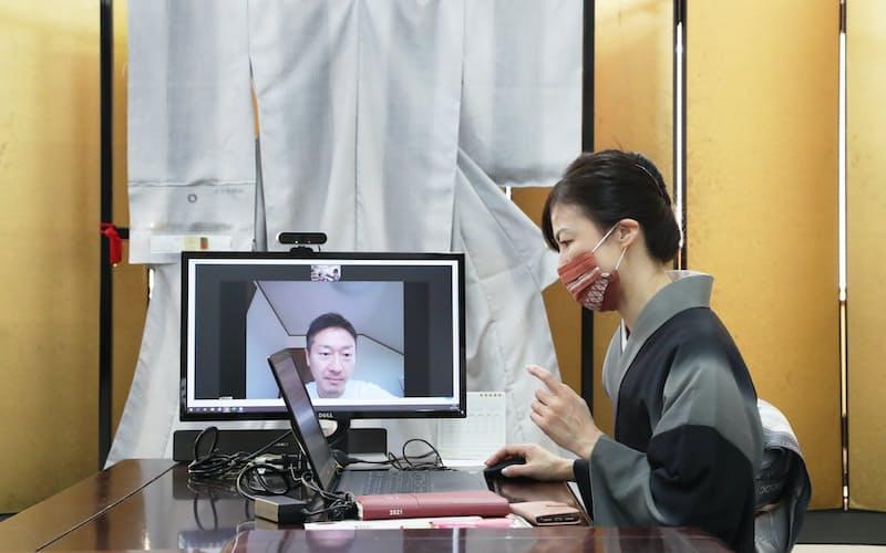 ビデオ会議でOKANOの担当者㊨と打ち合わせをする大石教博さん(福岡県那珂川市)