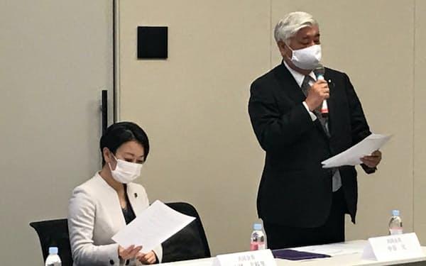 超党派議連の会合であいさつする自民党の中谷元共同会長(右。9日、国会内)
