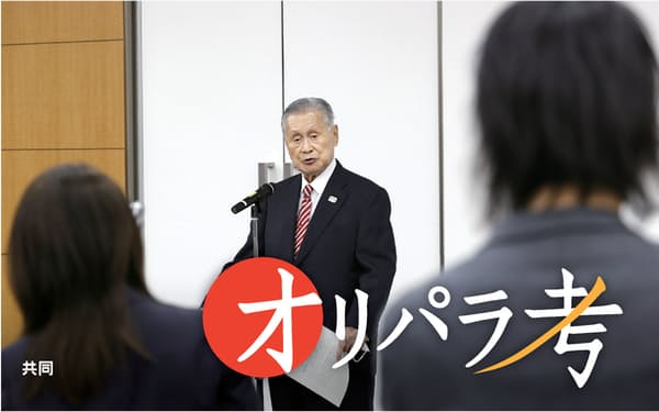 日本オリンピック委員会の女性理事増員方針を巡る発言について、取材に応じる森会長(4日)