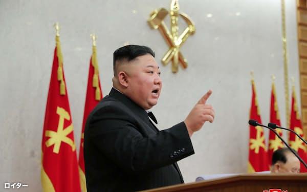 北朝鮮の朝鮮労働党中央委員会総会で発言する金正恩総書記(8日、平壌)=朝鮮中央通信ロイター