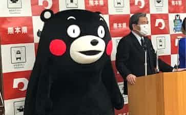 くまモン関連商品の売上高が過去最高を更新したことを発表する熊本県の蒲島知事㊨(県庁)
