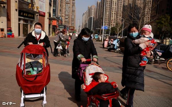 都市部の高い養育コストが出生意欲を抑えているとの指摘は多い(湖北省武漢市)=ロイター