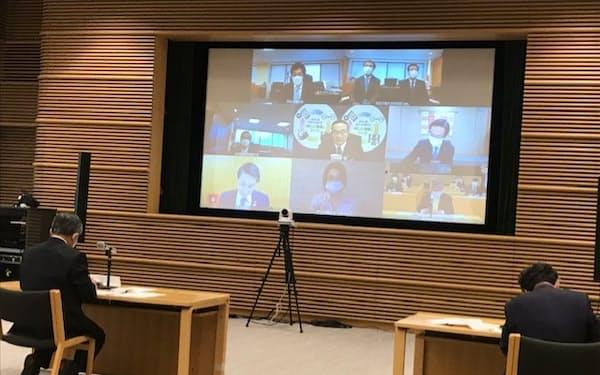 全国知事会の飯泉会長と田村厚労相らはオンラインで会談した(東京千代田の都道府県会館)