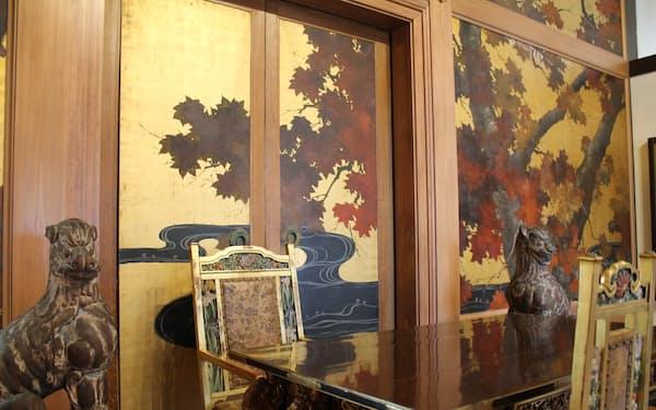 壁や天井は金箔地で、楓(かえで)などが描かれている