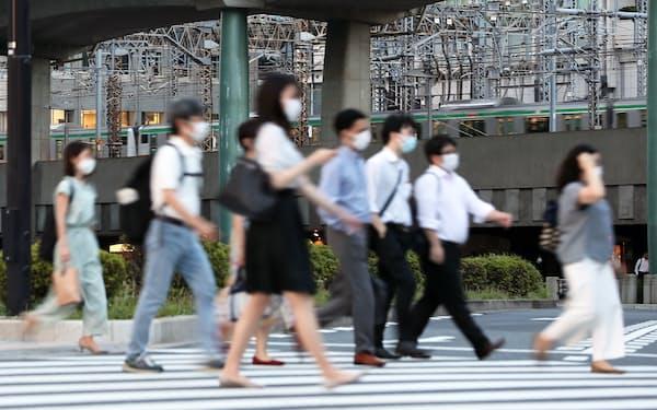 夕方、マスク姿で帰宅する人たち(2020年7月、東京都千代田区)