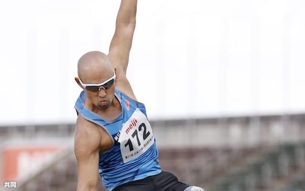 義足の選手が参加する男子走り幅とびでジャンプする山本篤(2020年9月)=共同