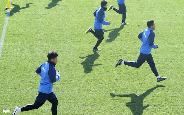 2021年シーズンに向けて始動した川崎の選手ら。チームは習熟したシステムを持ち、いつにも増して安定した力を発揮しそうだ=共同