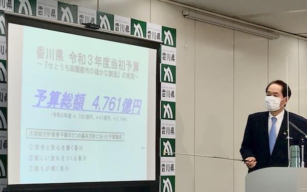 2021年度当初予算案について説明する浜田知事(8日、高松市)