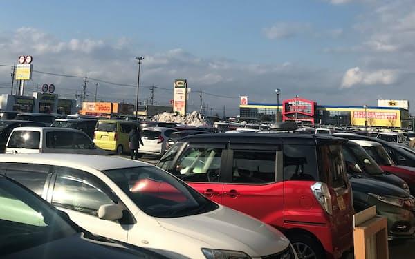 大手小売店が集まる商業施設の駐車場は混雑した(6日、富山県射水市)