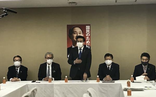 会議の冒頭にあいさつする佐藤正久外交部会長
