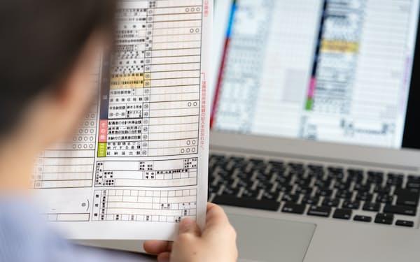 一度、確定申告を体験すると税金の勉強になる(写真はイメージ=PIXTA)