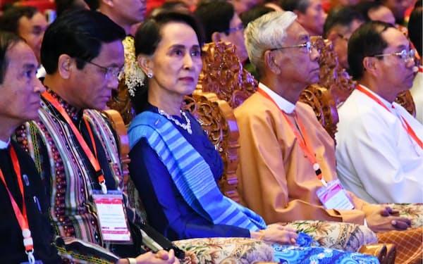 アウン・サン・スー・チー氏(右から3人目)は事実上のミャンマー政府トップとして少数民族武装勢力との式典に参加(ネピドー、2018年2月)