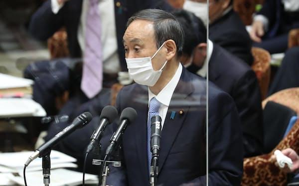 衆院予算委で答弁する菅首相(8日)