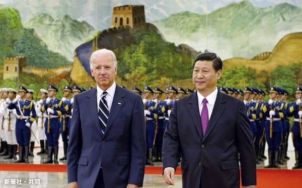 北京を訪れ、人民大会堂で歓迎式典に臨むバイデン米副大統領(当時、左)と中国の習近平国家副主席(当時)=2011年8月(新華社・共同)