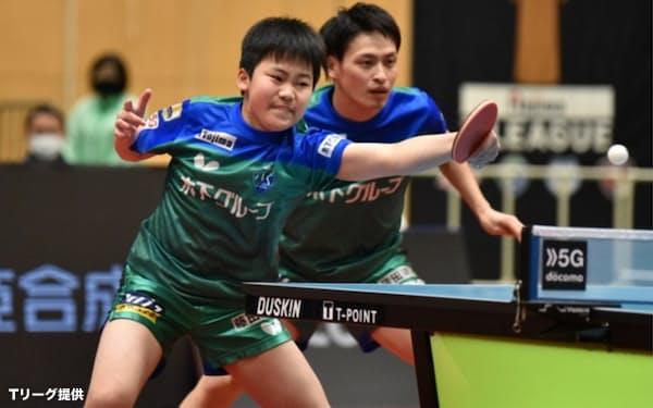 松島(左)は2月にTリーグデビューを果たした=Tリーグ提供