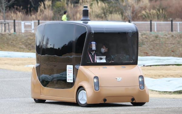 愛・地球博記念公園内を走行する自動運転コンセプト車両「MOOX(ムークス)」(12日、愛知県長久手市)