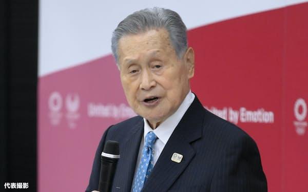 東京五輪・パラリンピック組織委の理事会と評議員会の合同懇談会で、辞任を表明する森喜朗会長(12日午後、東京都中央区)=代表撮影