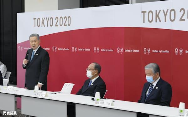 東京五輪・パラリンピック組織委の合同懇談会で、あいさつする森会長(左)。右は川淵三郎氏(12日、東京都中央区)=代表撮影
