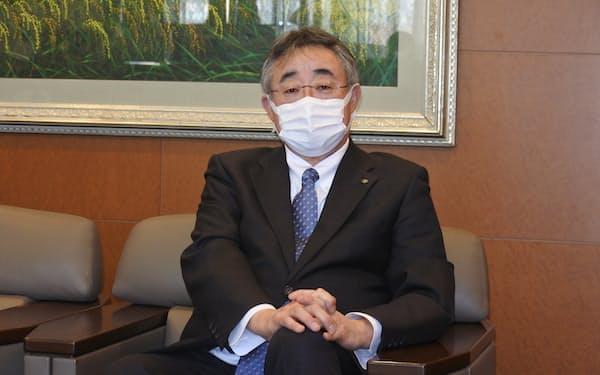 インタビューに答える、第一交通産業の田中亮一郎社長