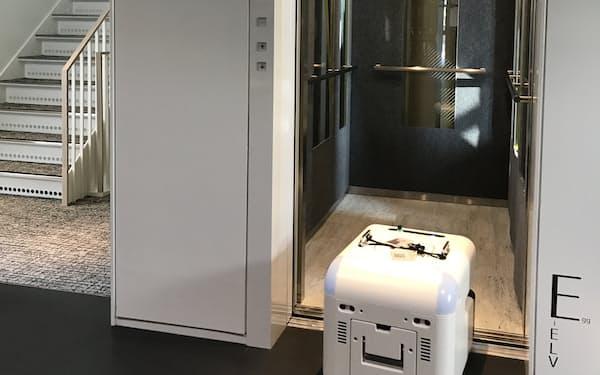 エレベーターを自動で乗降する清掃ロボット