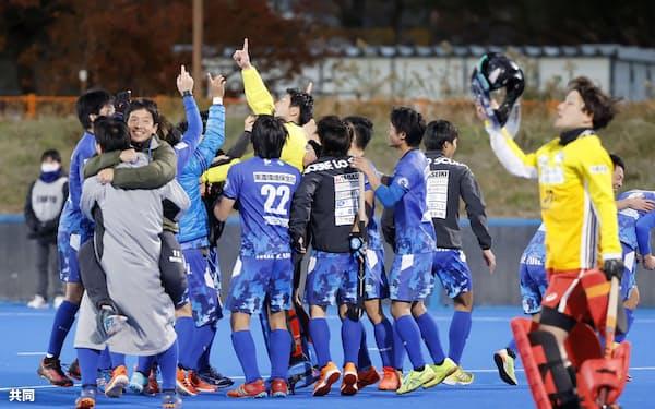 昨年12月、大井ホッケー競技場で行われた男子日本リーグで優勝を決めた岐阜朝日クの選手たち=共同