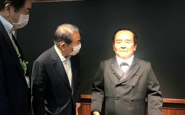 渋沢栄一記念館のアンドロイドは「道徳経済合一説」を解説する