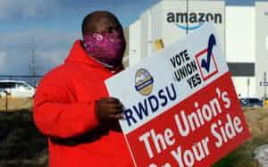 アリゾナ州ベッセマーのアマゾン物流施設で従業員に労組結成を呼び掛ける男性(9日)=AP