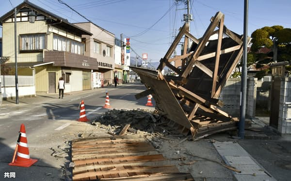 地震から一夜明けた福島県桑折町では、木造の住宅の門が倒れ道路をふさいでいた(14日午前)=共同