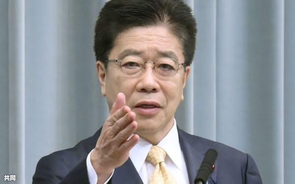 記者会見する加藤官房長官=14日午前、首相官邸