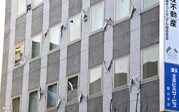地震の影響で多数のひびが入ったビルの外壁(14日午前、福島県郡山市)=共同