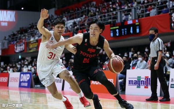 昨季MVPを獲得したA東京の田中㊨は今季も安定したプレーでチームを引っ張る(10日、立川市=Bリーグ提供)