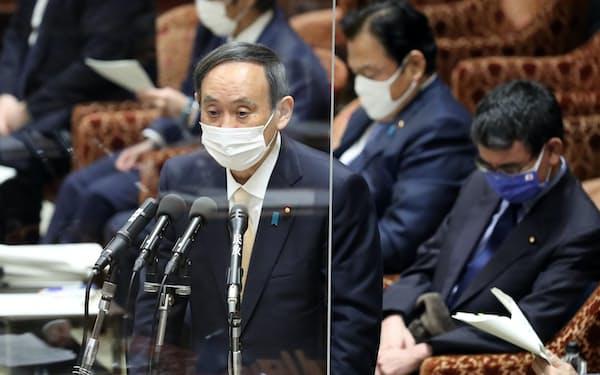 衆院予算委で答弁する菅首相(15日)
