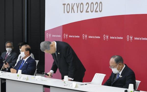 東京五輪・パラリンピック組織委員会の会長辞任劇は大きな混乱をもたらした(会長辞任を表明し、一礼する森喜朗氏)