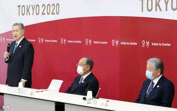 東京五輪・パラリンピック組織委の理事会と評議員会の合同懇談会で辞任を表明した森喜朗会長(左)。右端は川淵三郎氏(12日、東京都中央区)=共同