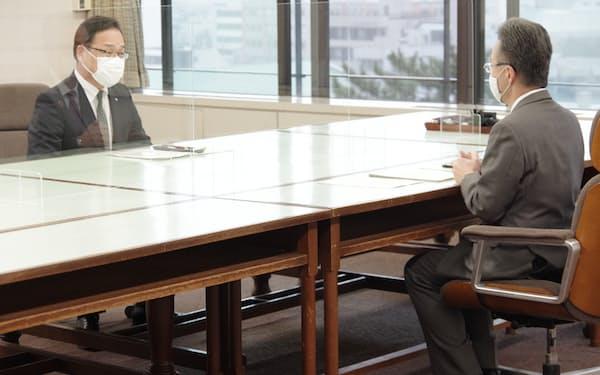 戸嶋町長(左)は福井県の杉本知事と面談し、美浜原発3号機の再稼働に同意すると伝えた(15日)