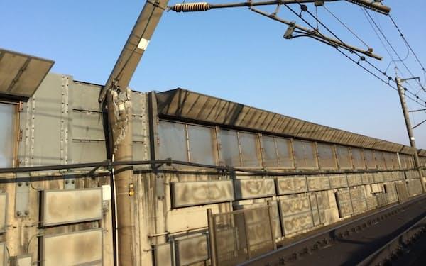 折れた東北新幹線の架線を支える電柱