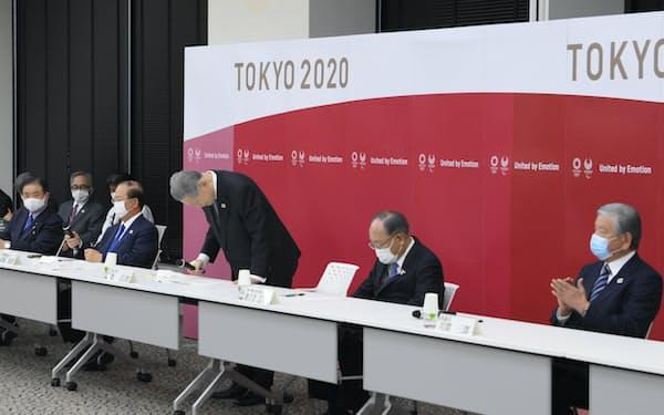 東京五輪・パラリンピック組織委の理事会・評議員会の合同懇談会で辞意を表明し、一礼する森喜朗会長(右から3人目)。右端は川淵三郎氏(12日、東京都中央区)