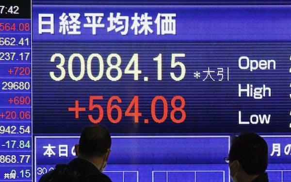 日経平均株価の終値を示すボード。約30年半ぶりに3万円の大台に乗せた(15日午後、東京都中央区)