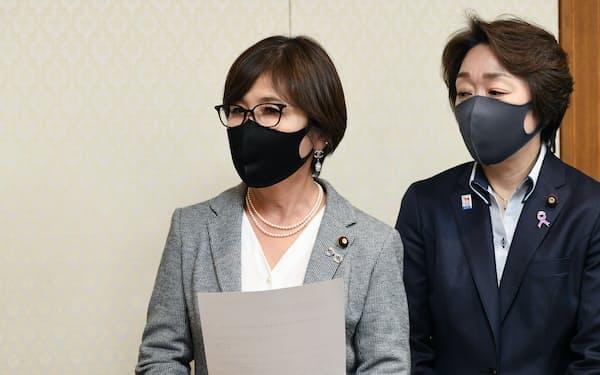 自民党の稲田朋美元政調会長㊧