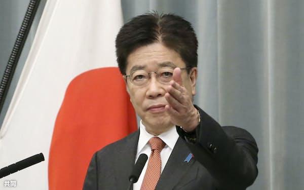 記者会見する加藤官房長官=15日、首相官邸