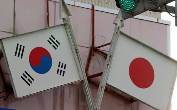 店舗に掲げられた日韓国旗のディスプレー(東京都新宿区)