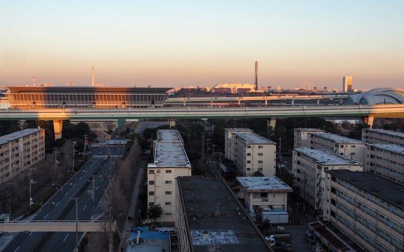 昭和の面影が色濃い辰巳地区。東京辰巳国際水泳場(右上)に加え、新たに東京アクアティクスセンター(左上)が整備され、東京五輪・パラリンピックでは「水のスポーツの聖地」として注目される