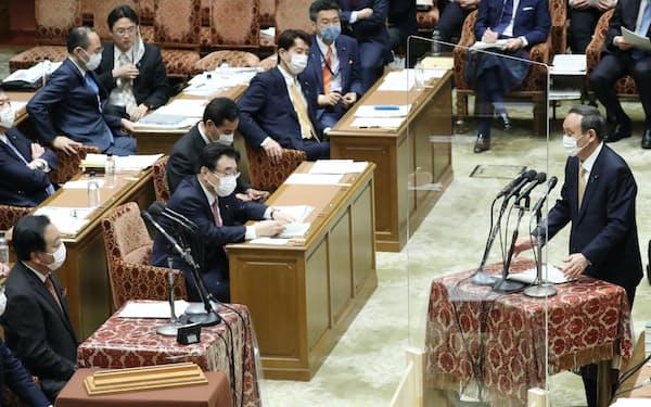 衆院予算委で立民・野田佳彦元首相(左端)の質問に答える菅首相(15日)