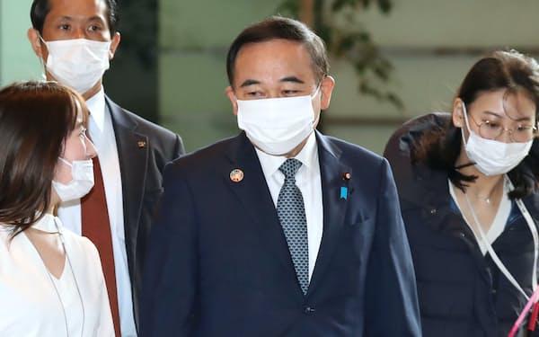 首相官邸に入る坂本少子化相(12日)