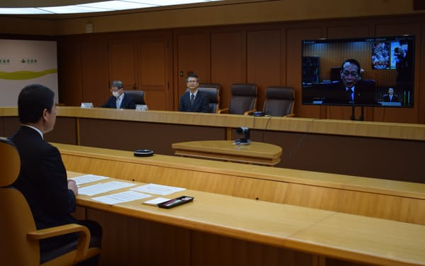 リモート形式で平沢復興相と会談した(16日、宮城県庁)